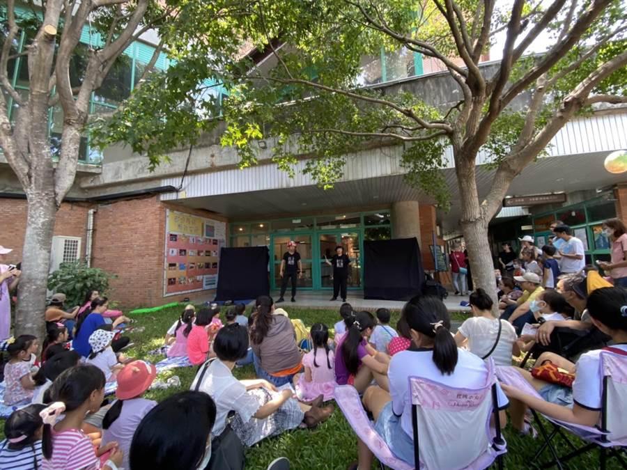 新竹縣親子小戲節8日正式登場,多組表演團體以文化局戶外周邊為舞台,民眾不畏豔陽席地欣賞,具有隨興看戲的樂趣。(莊旻靜攝)
