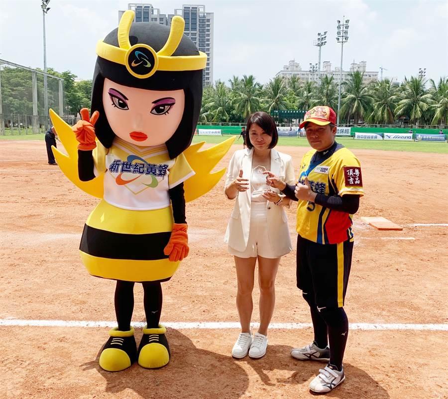 新世紀黃蜂隊林鳳珍(右)擊出兩支陽春全壘打,獲選單場MVP。(中華壘協提供/廖德修台北傳真)