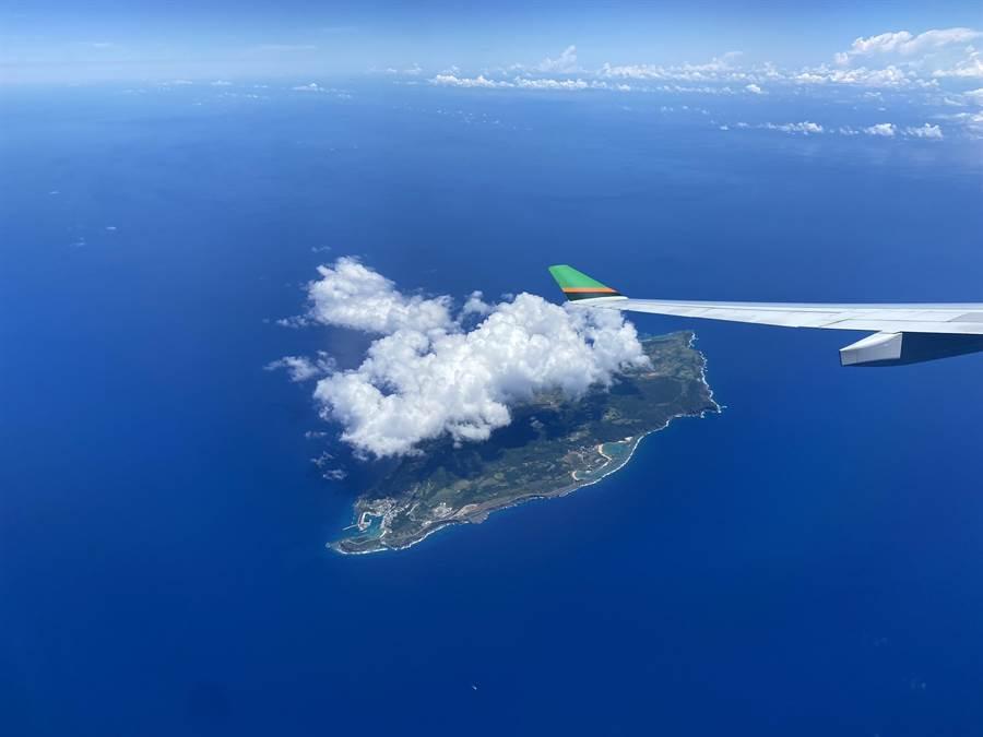 長榮航空類出國行程,飛到日本琉球列島西端上空。(陳祐誠攝)