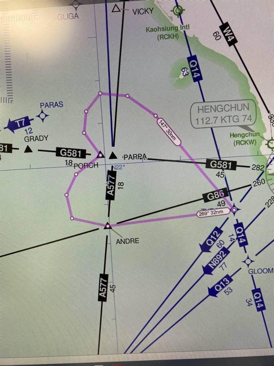 長榮BR5288類出國在「PARPA」(諧音爸爸)區域畫出巨大愛心。(長榮航空提供/陳祐誠傳真)
