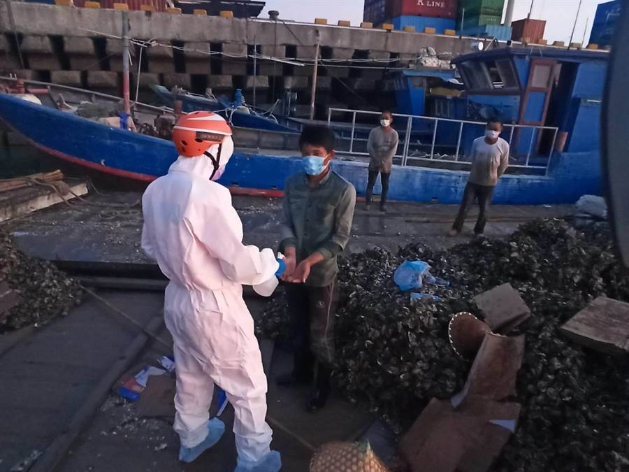 金門海巡擴大掃蕩越界大陸漁船,加強留置檢疫作業。(海巡提供)