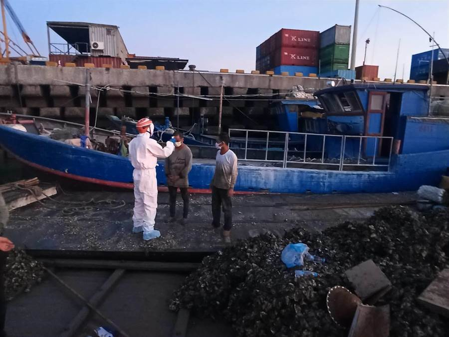 金門海巡對越界大陸漁民實施體溫量測,未發現異常情況。(海巡提供)