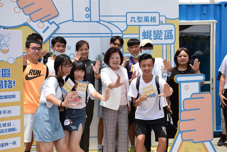 勞動部長許明春(中)今天主持「AI職涯起手室-青年職涯服務」活動,全台首座職涯貨櫃屋的啟用儀式。(陳育賢攝)