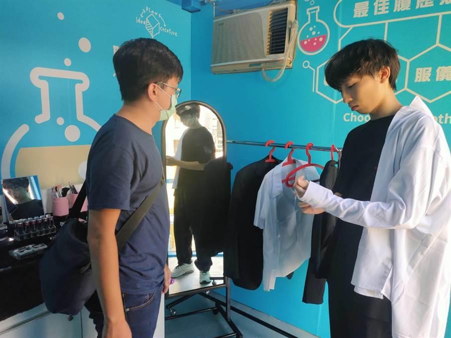 職涯貨櫃屋提供各尺寸襯衫、西裝外套供民眾拍攝履歷證件照即拍即印的服務。(陳育賢攝)