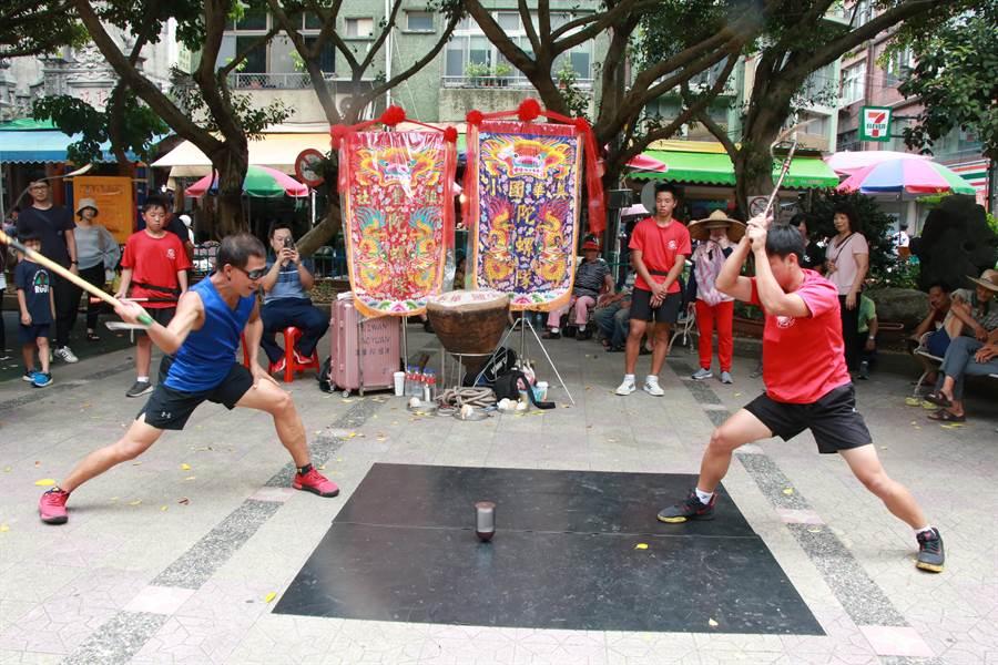 鎮豐社的陣頭亮點是美華國小陀螺隊,到場的遊客也能一同體驗打陀螺的樂趣。(黃婉婷攝)