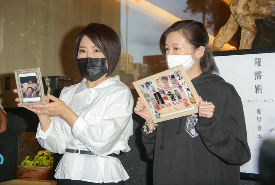 于美人(左)與Makiyo拿出羅霈穎的照片供親友追悼。(吳松翰攝)