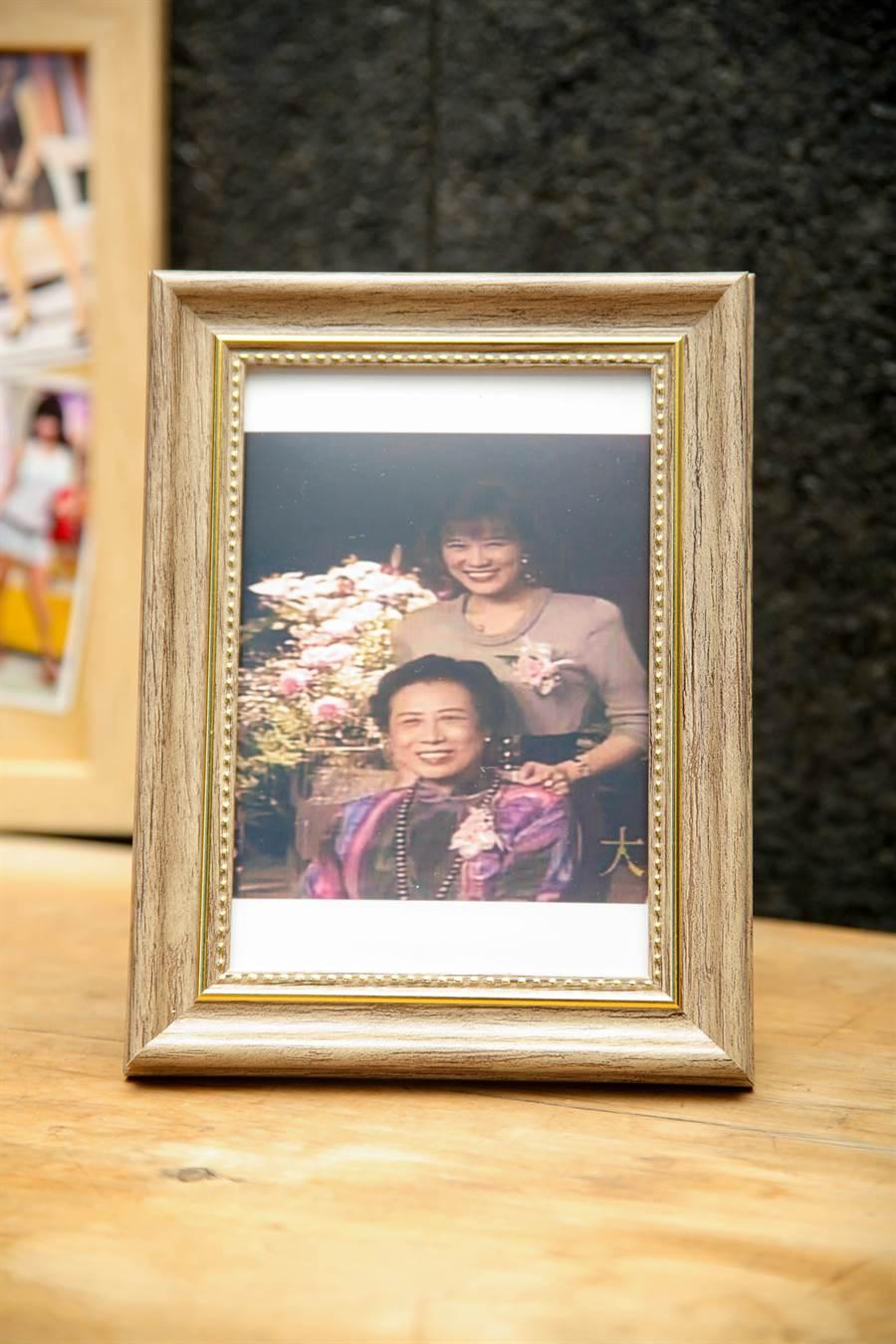 友人替羅霈穎沖印母女倆的合照。(吳松翰攝)