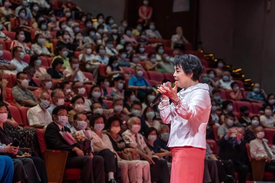 簡文秀的文化講座,現場吸引2500名觀眾戴著口罩同歡唱。(億光基金會提供)