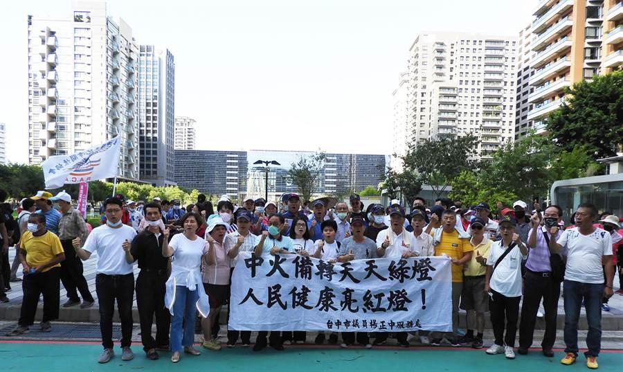 台中市議會國民黨團特到場聲援,抨擊中火備轉天天綠燈、人民健康亮紅燈。(陳世宗攝)