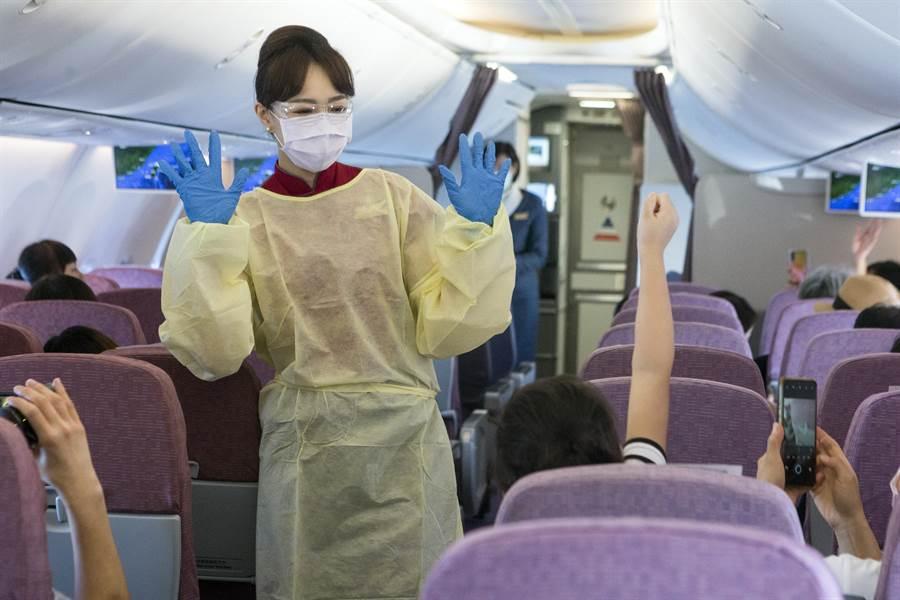 華航空服員透過幽默的走秀方式,展示機內服務時穿著的防疫裝備,宣導防疫安全。(桃園機場記者聯誼會提供)