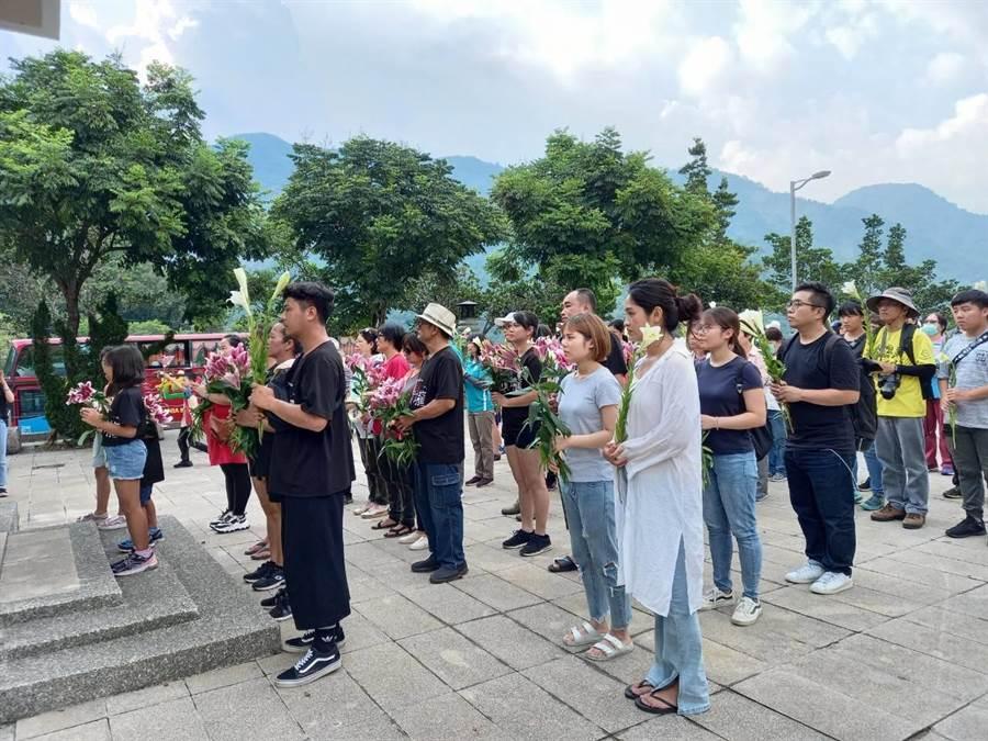 88父親節適逢莫拉克風災滿11周年的日子,民眾帶著百合花返回小林紀念公園探望親人。(日光小林社區發展協會提供/林雅惠高雄傳真)