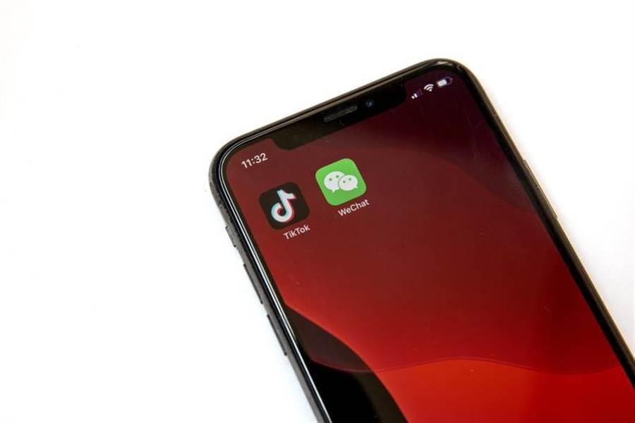 分析師指出,蘋果手機在大陸擁有大量用戶,一旦iPhone不能使用微信,將使大量大陸用戶放棄iPhone,其銷量可能下跌達90%。(圖/美聯社)