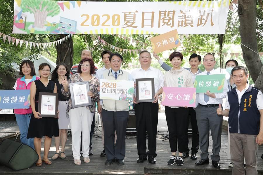 台南市長黃偉哲頒發感謝狀給捐贈除菌機的企業與機構,感謝企業讓民眾在疫情其間也能安心閱讀。(台南市政府提供/曹婷婷台南傳真)