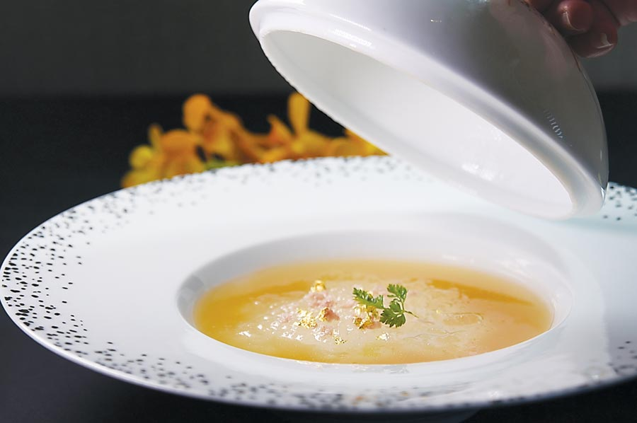 〈雞汁紅燒官燕〉的雞汁,是採製作〈滴雞精〉的工序萃取,過程中不加一滴水,用來紅燒煨燜燕窩,並藉火腿提味。圖/姚舜