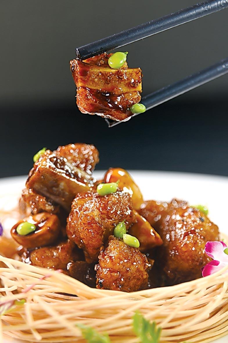 〈名人小排骨〉,兼匯了〈咕咾肉〉與〈糖醋排骨〉兩名菜的特色,並以鎮江醋濃郁香氣誘發食慾。圖/姚舜