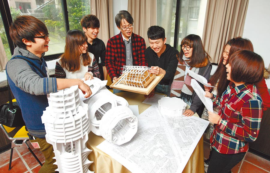 华梵大学提供大二至大四在校生创新共学奖学金,同学可组队申请创新共学。(叶书宏摄)