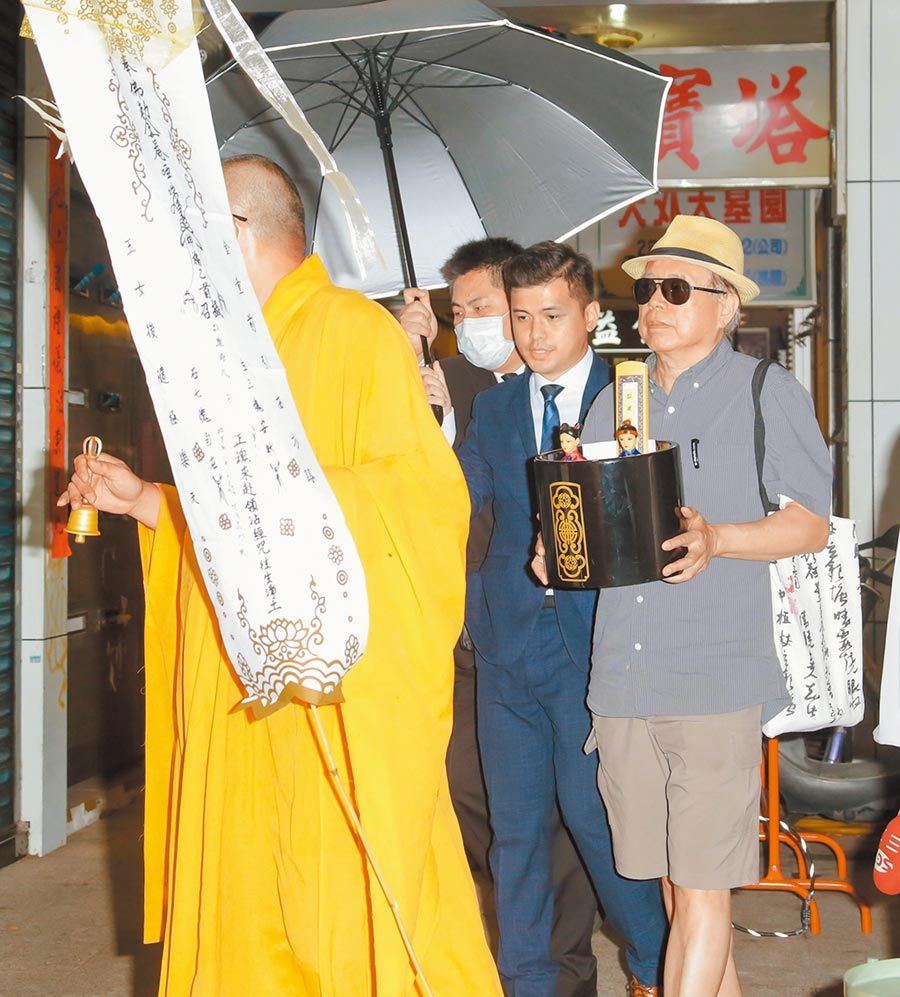 羅霈穎大哥羅青哲(右)昨捧著妹妹的牌位完成引魂儀式。(吳松翰攝)