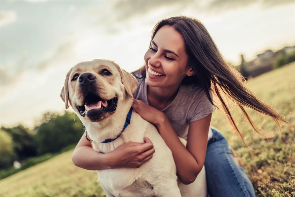 主人暖抱愛犬溫馨畫面秒變調 牠急反抗氣炸了(示意圖/達志影像)