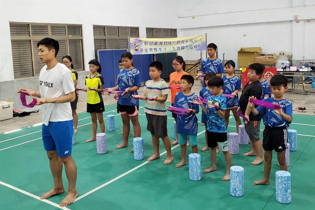 台灣羽球一哥周天成跨海為綠島孩子指導球技。(台東縣政府提供/莊哲權台東傳真)