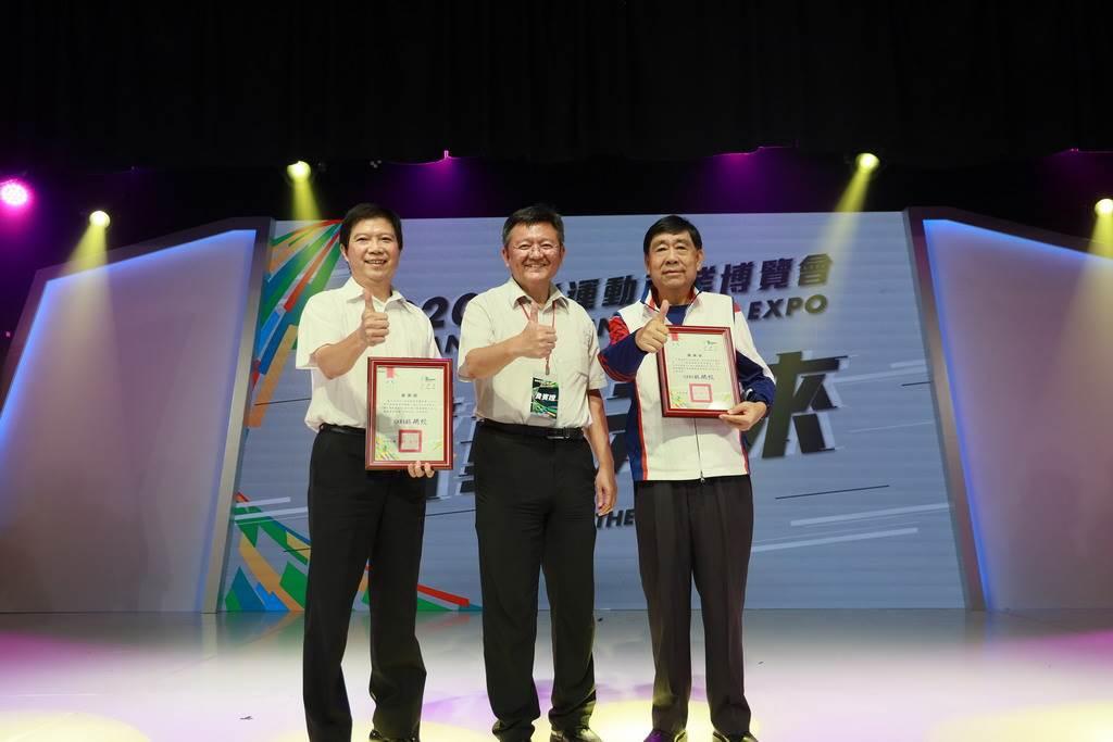 體育署林哲宏副署長(中)頒發感謝狀與共同主辦單位台北市政府及中華奧林匹克委員會。(體育署提供)