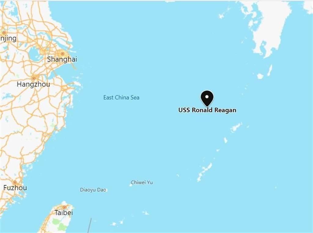 「雷根號」航母艦與護衛艦現身東海。(翻攝「SCS Probing Initiative」推特)