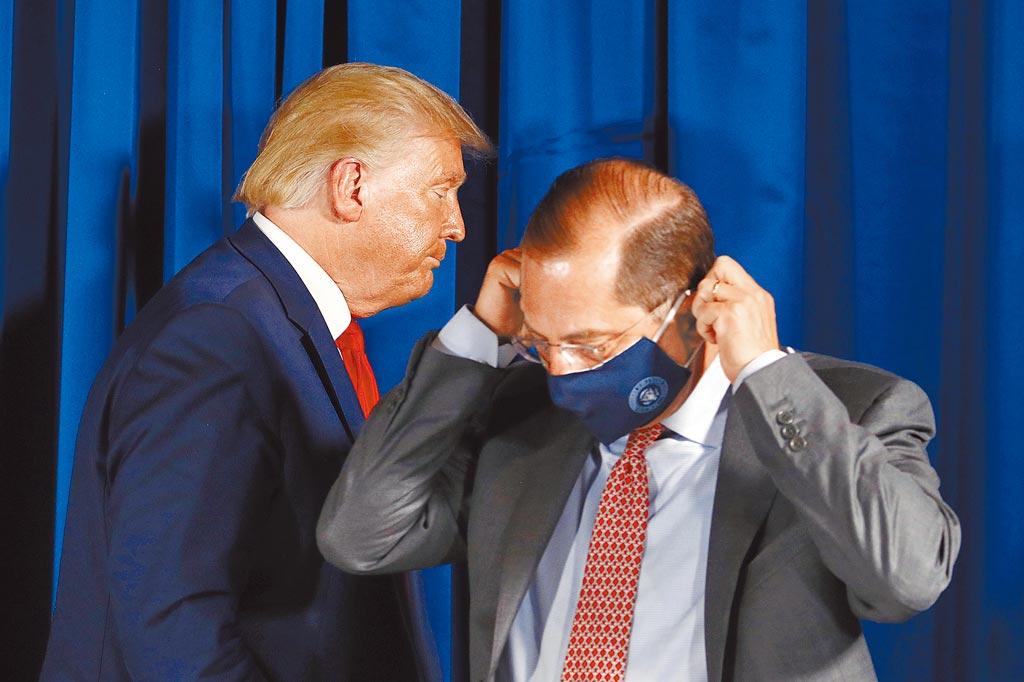美国卫生部长阿札尔(右)率团访台,除需检附登机前3日内核酸检测阴性证明,入境时也得进行採检。(美联社)
