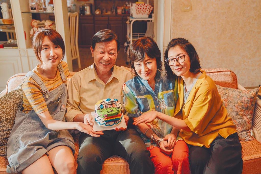 賈靜雯(右起)、比莉、柯佳嬿(左)一起為寇世勳(左二)過父親節。(草舍文化提供)