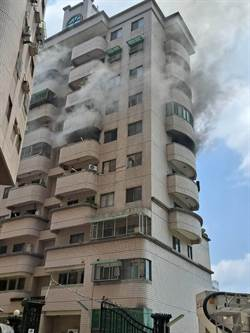 嘉義大樓失火 現場濃煙狂噴 6旬婦困10樓狂揮手求援