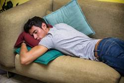 喝太嗨 醉男倒頭大睡14hr沒翻身 醒來手臂癱瘓了