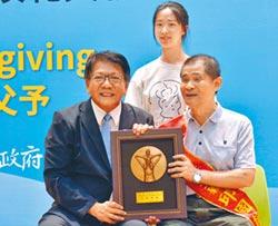 國內首位視障調音師 膺模範父親