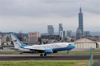 直播》1979年以來層級最高 美國衛生部長阿札爾訪台 班機抵達松山機場