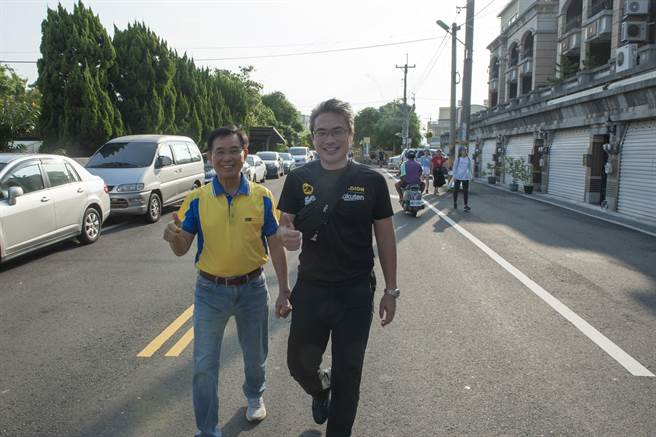 外埔區體育會理事長同時也是市議員吳敏濟(左)、運動局長李昱叡(右)並肩走完全程。(王文吉攝)