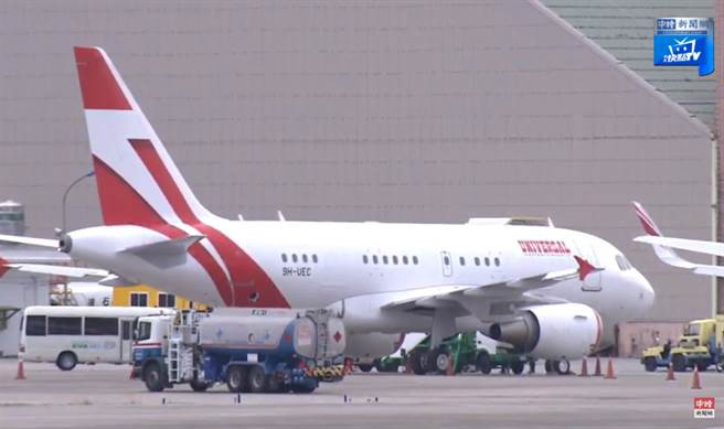 日本前首相森喜朗率日本國會跨黨派議員,來台追思前總統李登輝,今下午班機已抵達松山機場。(圖/中時新聞網 直播畫面)