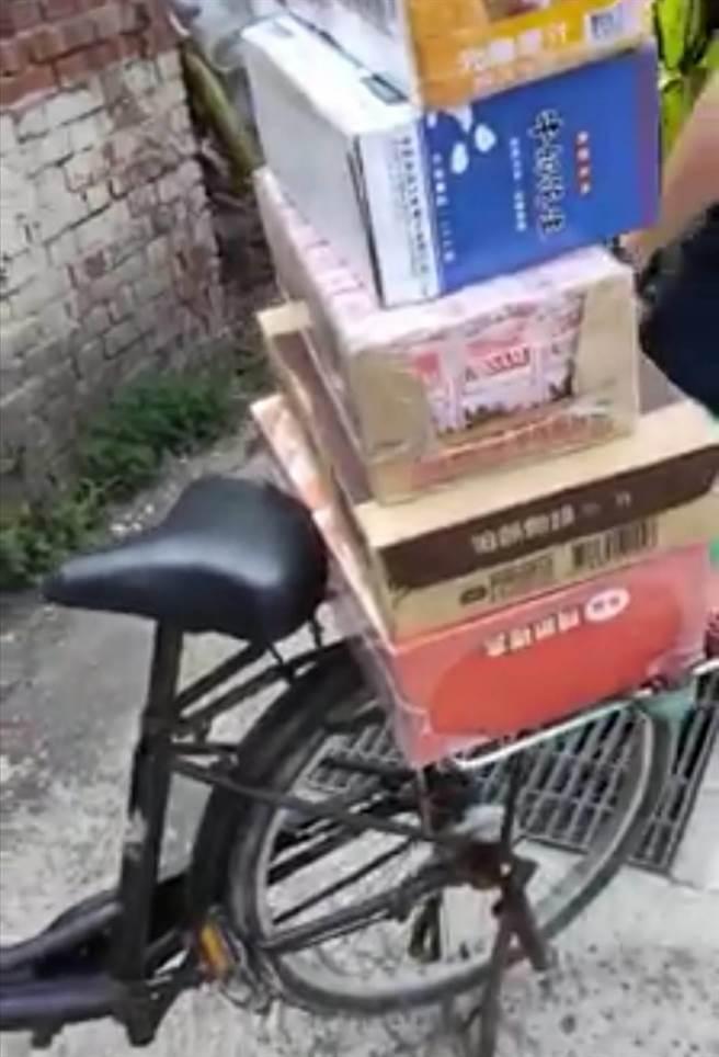 福興鄉麥厝村麥厝街彰36線道旁,從8月7日晚上發現遺棄一台黑色腳踏車,載著6大箱飲料、爆米花、麻糬等食物,已經3天了。(民眾提供/吳敏菁彰化傳真)