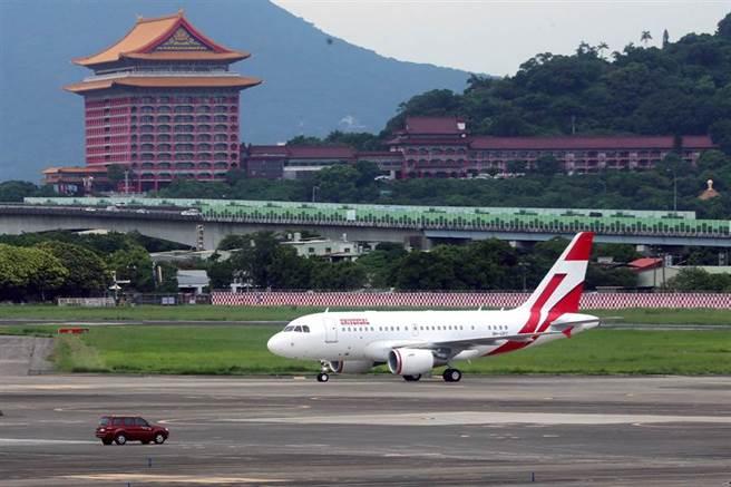 日本前首相森喜朗率代表團來台弔唁前總統李登輝,專機9日下午2時27分降落台北松山機場。(黃世麒攝)