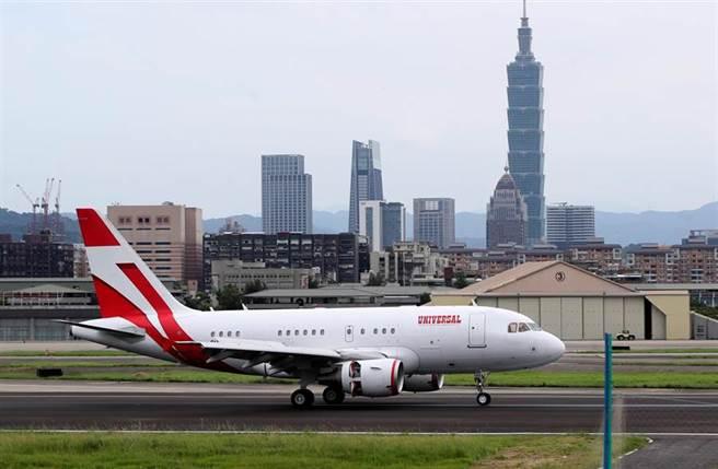 日本前首相森喜朗一行9日搭乘專機抵台弔唁前總統李登輝,專機在下午抵達松山機場。(鄭任南攝)