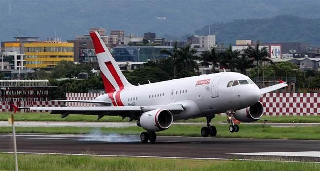 日本前首相森喜朗一行9日搭乘專機抵台弔唁前總統李登輝,專機在下午處地抵達松山機場。(鄭任南攝)