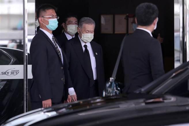 日本前首相森喜朗(中)抵台。(黃世麒攝)