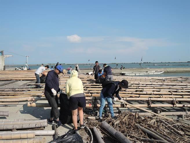 環保組織海湧工作室今日到嘉義縣東石舊漁港舉辦淨灘。(張毓翎攝)
