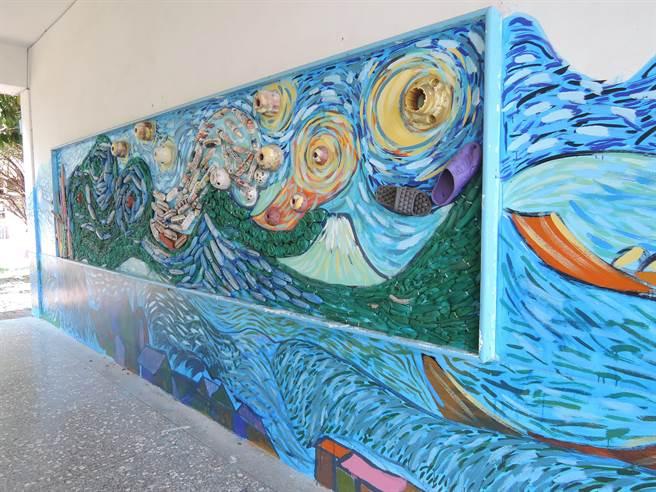 去年10月校方和海湧帶領3到6年級學生到舊漁港淨灘,在岸邊撿回許多漁業廢棄物,經清洗後詮釋成一大幅裝置藝術。(張毓翎攝)