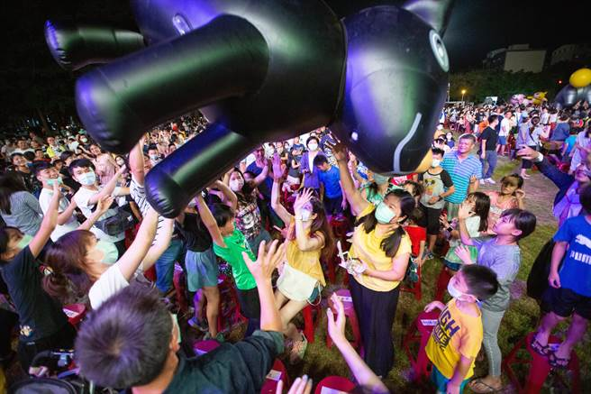 紙風車劇團受陳其邁、趙天麟邀請,一連兩天在高雄演出「巫頂環遊世界」,熱情奔放的歌舞以及華麗的道具演出吸引小朋友的目光。(袁庭堯攝)