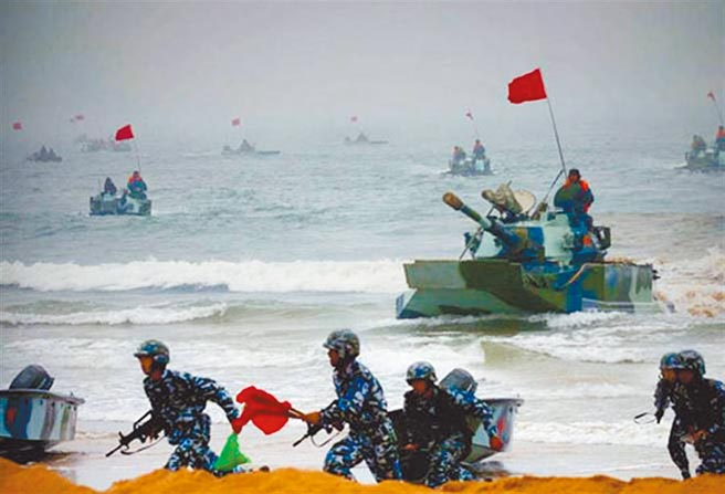 今年7月12日,大陸解放軍某旅在海邊進行搶灘登陸訓練。(摘自中國軍網)