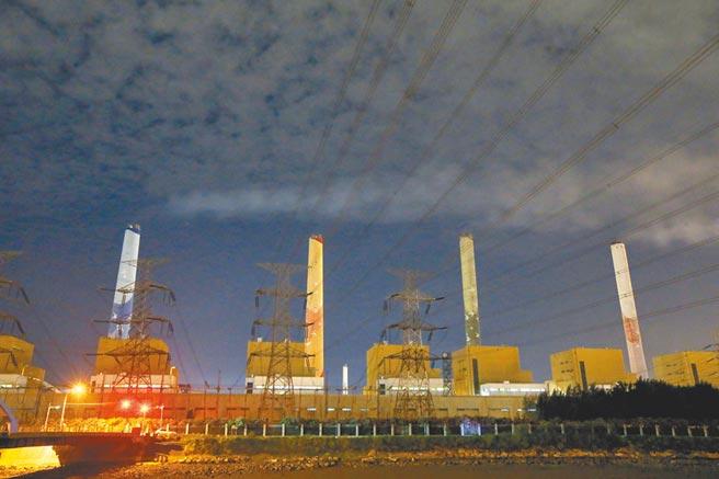 專家指出台中火力發電廠排放的空汙,疑與中部地區「肺、支氣管及氣管癌症」平均發生率偏高有關。(本報資料照片)
