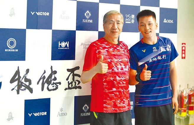 現役國手李洋(右)與阿默蛋糕董事長周正訓(左)在牧德盃羽球賽過招,李洋給58歲的周正訓打出95高分。(李弘斌攝)