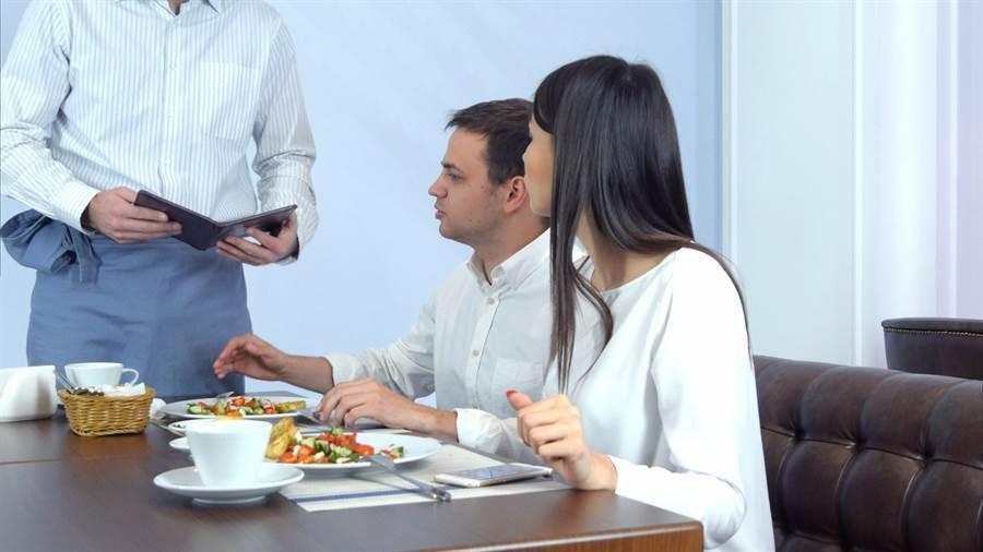 男女吃飯究竟該由男方買單,或是AA制各出各地,一直是網路爭論的焦點(示意圖/shutterstock)