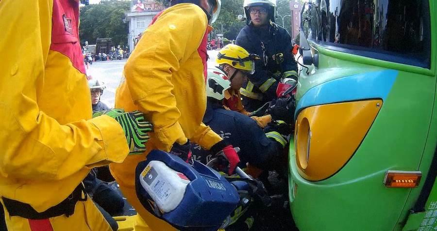 搶救人員用氣動式頂舉袋、電動油壓剪等器材,將公車底盤撐起。(嘉義市消防局提供)