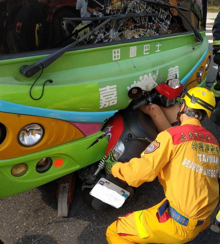 搶救人員全力協助女騎士脫困。(嘉義市消防局提供)