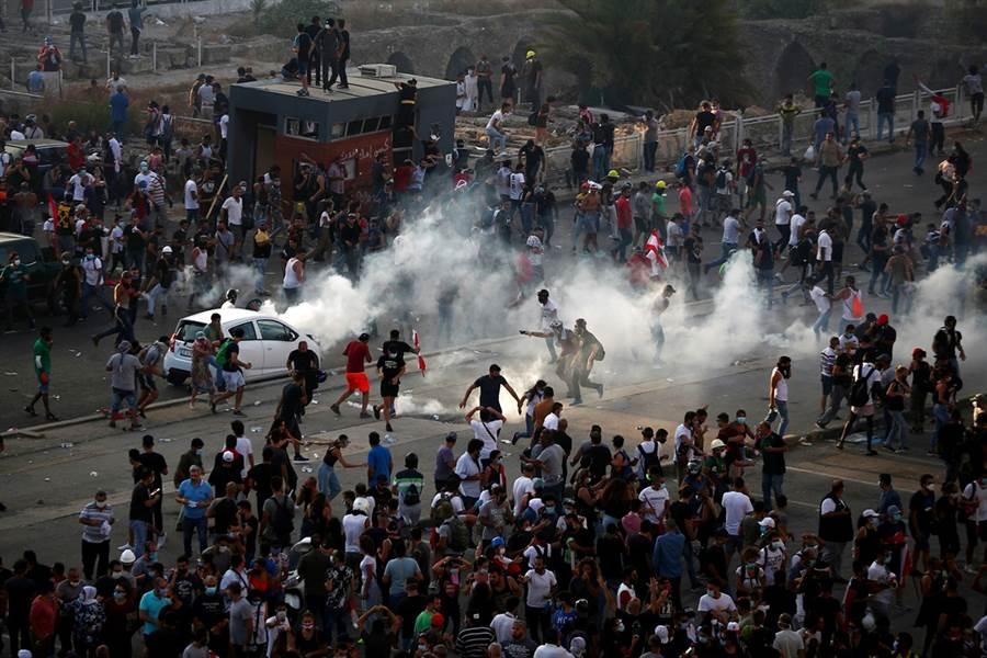 近萬黎巴嫩民眾8日走上街頭,抗議政府無能,導致大爆炸。(圖/路透社)