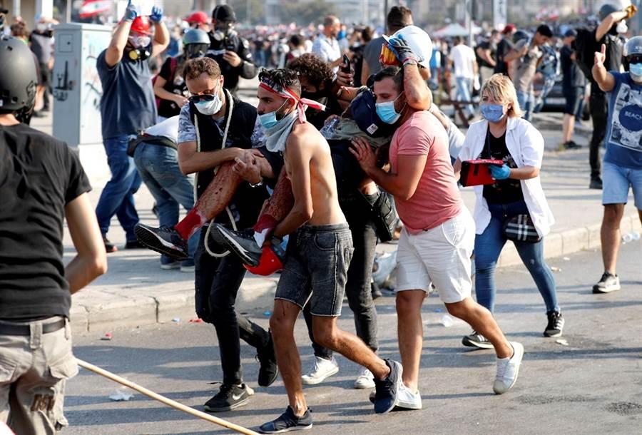 不滿政府無能導致大爆炸,8日近萬黎巴嫩民眾上街抗議,爆發激烈警民衝突。(圖/路透社)