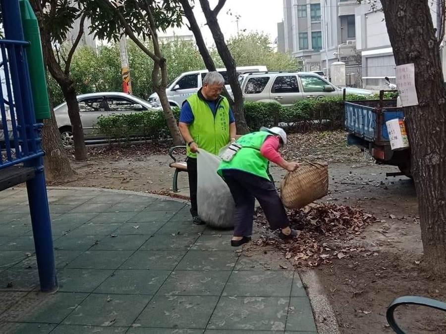 新竹市各環保志工隊隊員都是地方維護環境的幕後英雄。(陳育賢攝)